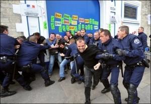 Des CRS évacuent les surveillants qui bloquaient la maison d'arrêt de Caen, le 4 mai 2009