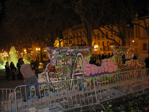 Le mur de Berlin sur l'Esplanade, œuvre éphémère de l'expression libre.
