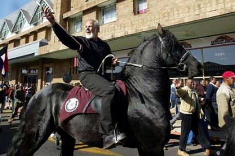 Le leader d'extrême droite sud-africain Eugene Terre'Blanche, le 11 juin 2004 à sa sortie de prison à Potchefstroom (AFP Alexander Joe)