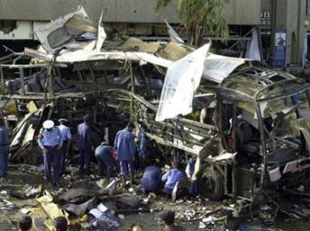 Mai 2002, à Karachi, la carcasse du bus de la Direction des constructions navales victime d'une voiture piégée. Photo AFP