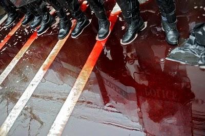 Bangkok l'armée les pieds dans le sang des chemises rouges