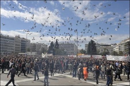 Les manifestants traites aux gaz lacrimogenes devant le parlement