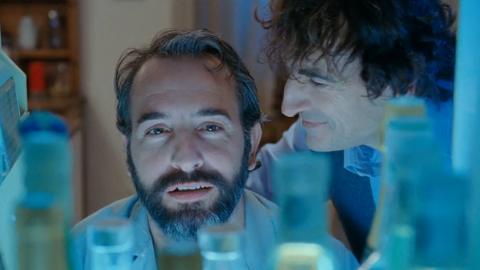 Jean Dujardin joue le rôle d'un écrivain reclus et alcoolique.