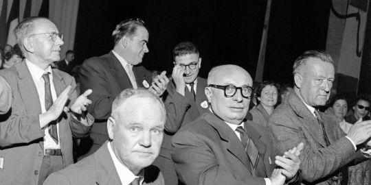 Maurice-Thorez applaudi par les dirigeants du PCF
