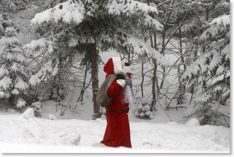 Avec sa longue barbe Marx le rouge marche dans la neige