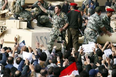 Les militaires accueillis comme des héros au Caire. Photo Reuter.