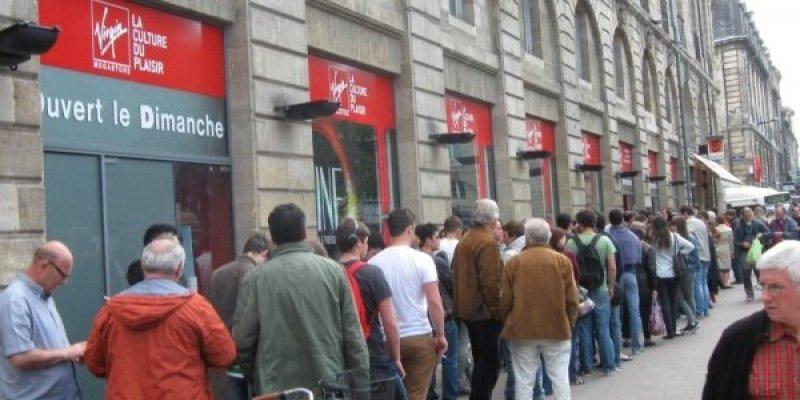 longue-file-d-attente-pour-esperer-rentrer-dans-le-magasin_1195679_800x400