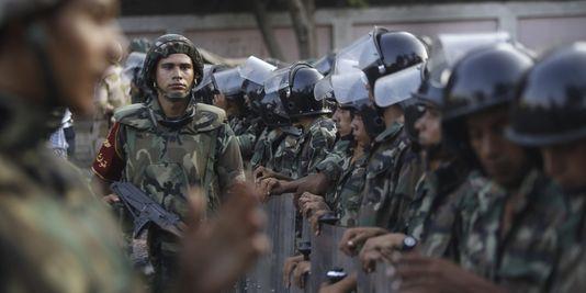 Des-soldats-egyptiens-prennent-position