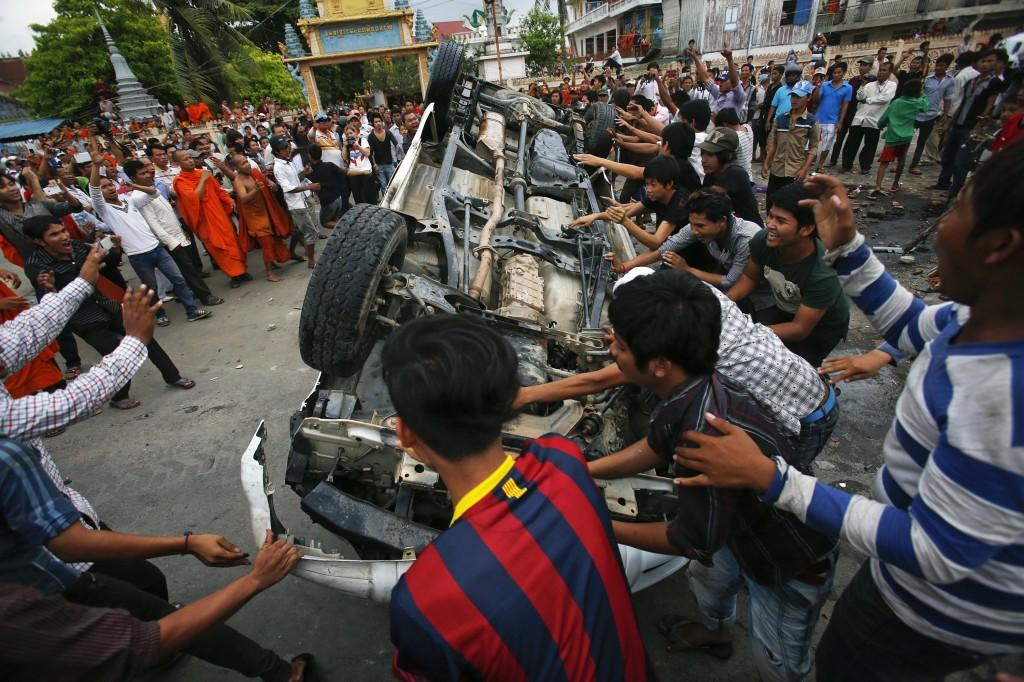 destruction d'une voiture de police à Phnom Penh après la proclamation des résultats contestés. Reuter