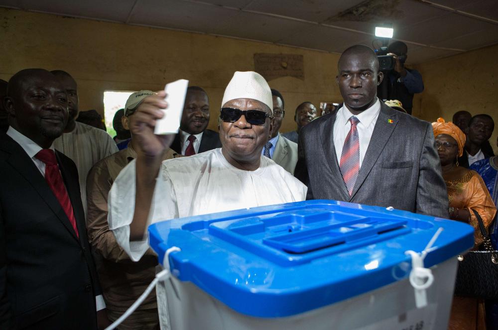 Ibrahim Boubacar Keïta dans un bureau de vote à Bamako, le 11 août 2013