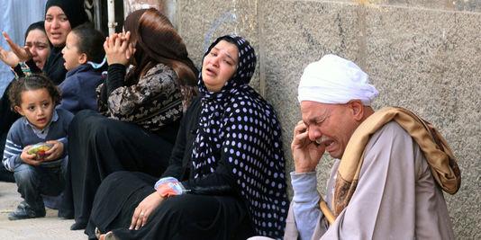 Parents et amis de militants pro-Morsi condamnés pour les violences de cet été, réunis devant le tribunal dans le sud de Minya. | AFP/-