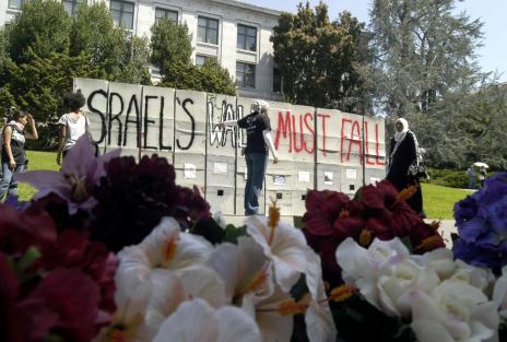 n « mur d'Apartheid » dressé par les Etudiants pour la justice en Palestine, sur le campus de Berkeley, en Californie, le 9 avril 2004 (Rahimian /SIPA)