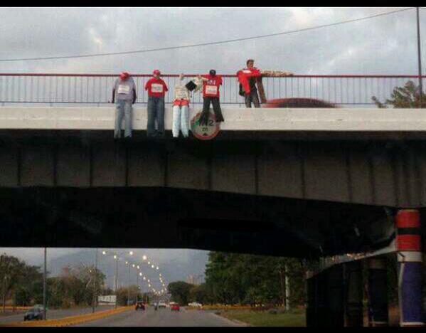 des étudiants de droite pendent les effigies de militants bolivariens, dans le plus pur style du paramilitarisme colombien ou des cartels mexicains.