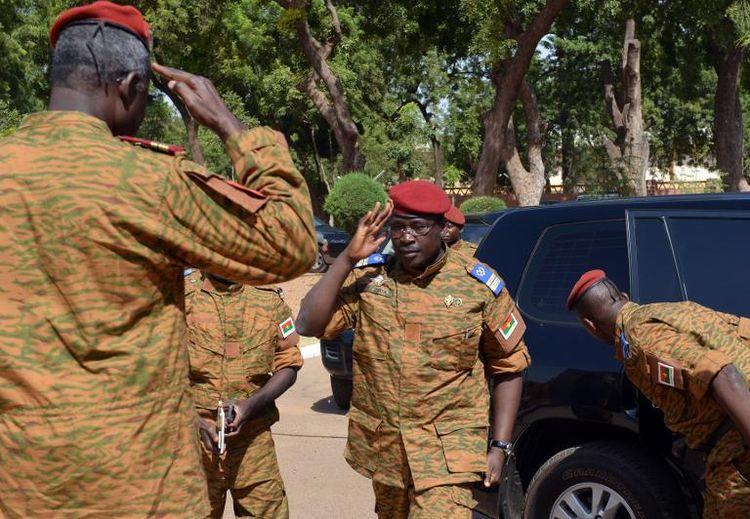Le nouvel homme fort du Burkina, Isaac Zida (au centre) arrive à Ouagadougou pour rencontrer Mogho Naba, le «roi» de la tribu Mossi le 4 novembre. (Photo Issouf Sanogo. AFP)