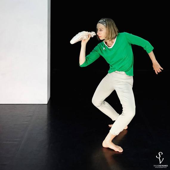 Hélène Cathala dans le solo Blanc cassé