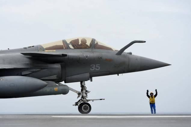 La France doit signer lundi au Caire sa première vente de Rafale à l'étranger avec l'Egypte. Le contrat porte sur 24 appareils, sur une frégate multimissions FREMM, fabriquée par le groupe DCNS, ainsi que des missiles fabriqués par MBDA, pour un montant de 5,2 milliards d'euros.