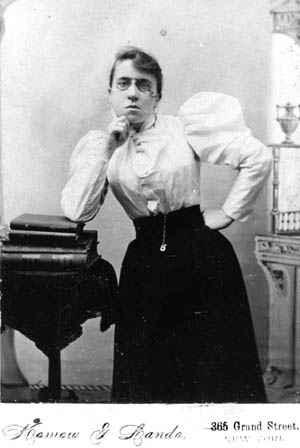 Emma Goldman (1869/1940) : « La liberté ne descent pas vers le peuple. Le peuple doit s'élever vers la liberté ». DR
