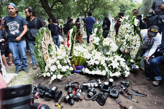 La tombe de Ruben Espinosa lors de son enterrement au cimetière Dolores de Mexico City, le 3 août 2015. ALFREDO ESTRELLA / AFP