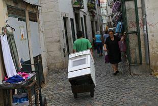 Scène de rue dans le quartier d'Alfama à Lisbonne le 31 juillet 2015. | Francisco Seco / AP