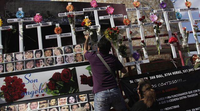 Après une attaque du groupe de narcotraficants, les proches des victimes ont laissé ces croix et photos en leur mémoire. Reuters/Daniel Becerri