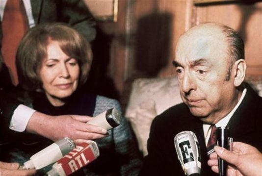 Photo datée du 21 octobre 1971 de l'écrivain, poète et diplomate chilien, Pablo Neruda, alors ambassadeur du Chili en France, répondant aux questions des journalistes, au côté de son épouse, à l'ambassade chilienne, après avoir reçu le prix Nobel de littérature. AFP