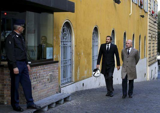 Les deux journalistes italiens, Gianluigi Nuzzi (à droite) and Emiliano Fittipaldi (à gauche) sont jugés depuis le 24 novembre, avec trois autres personnes, pour « vol et divulgation d'informations confidentielles » devant le tribunal du Vatican. ALESSANDRO BIANCHI / REUTERS
