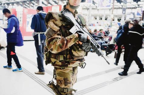Des militaires patrouillent la gare de Lyon à Paris. AFP