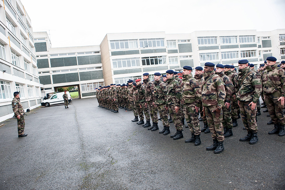 Des militaires du camp de Satory à Versailles, au garde-à-vous, en attendant le discours du ministre de la Défense dans le cadre du plan Vigipirate alerte attentat. © Julien Muguet / IP3
