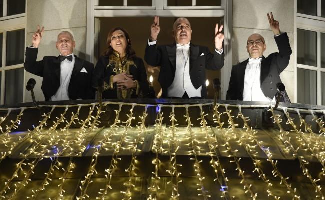 Houcine Abbassi (UGTT), Wided Bouchamaoui (Utica), Abdessatar Ben Moussa (LTDH) et Fadhel Mahfoudh (avocats), le 10 décembre 2015 au balcon du Grand Hotel, à Oslo, Norvège - ODD ANDERSEN/AFP