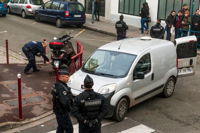 Descente de police et de gendarmerie au Pré-Saint-Gervais (93), le 27 novembre 2015, dans un squat où était soupçonnée la présence de personnes pouvant « perturber l'ordre public » pendant la COP21 - AFP Photo  Laurent Emmanuel