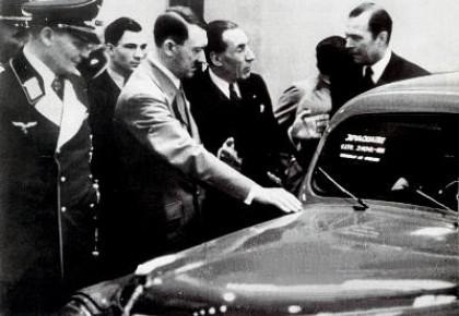 Louis Renault présente un prototype à Hitler et Göring à Berlin en 1938 (sic) [...] Louis Renault fabriqua des chars pour la Wehrmacht. Renault sera nationalisé à la Libération.