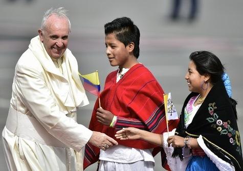 Le Pape François à l'aéroport de Quito dimanche 5 juillet. Photo Afp