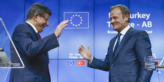 Le Premier Ministre turc Ahmet Davutoglu et le Président du Conseil Européen Donald Tusk lors du sommet Union Européenne - Turquie à Bruxelles le 29 novembre 2015. Yves Herman  / REUTERS