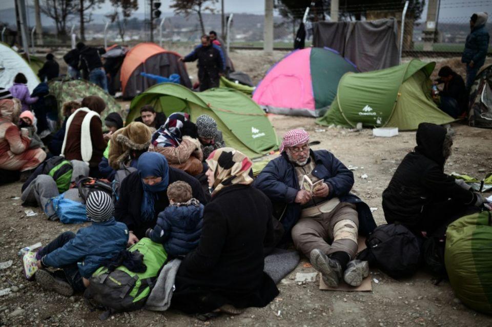 Des réfugiés attendent à la frontière entre la Grèce et la Macédoine à Idomeni, le 28 février 2016 Photo LOUISA GOULIAMAKI. AFP