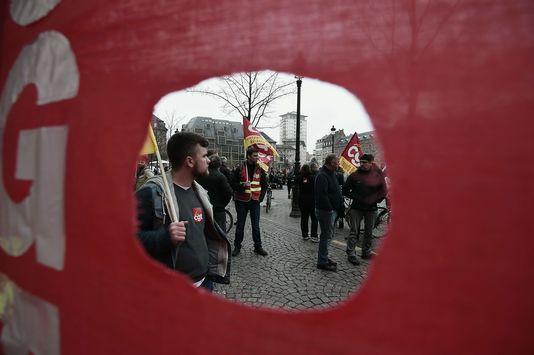 4903921_6_9ed6_des-manifestants-brandissent-des-drapeaux-de-la_498b78845d83bd06494f90558b543eaf