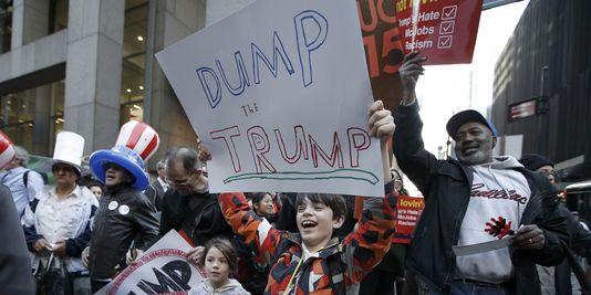 Deux enfants défilent, lors d'une manifestation contre le candidat républicain Donald Trump, à Manhattan (New York), le 14 avril.