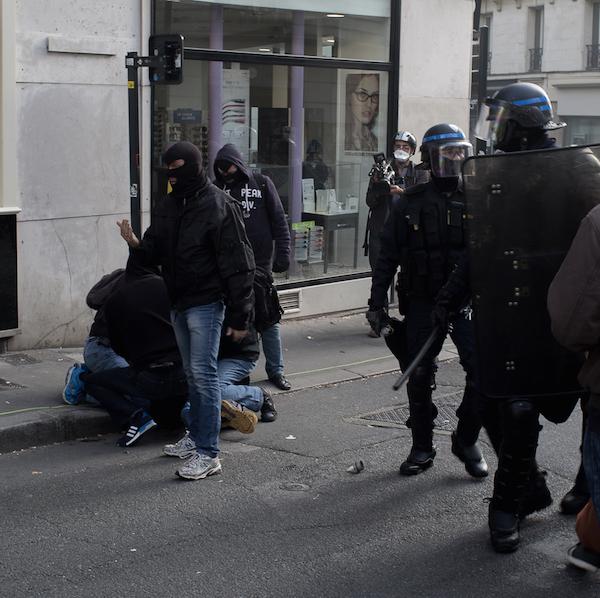 En civil ou en uniforme, des policiers masqués (Nantes, novembre 2014)