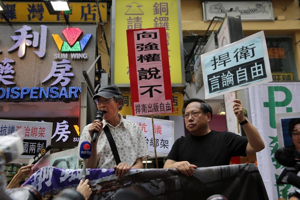 """Les gouvernements de Pékin et Hong Kong sont désormais confrontés à """"une tempête de condamnations et de protestations dans toute la ville"""", souligne encore le South China Morning Post, qui ajoute qu'aucun des deux n'a apporté de réponse. Pékin a banni toute couverture de ces révélations dans les médias chinois, rapporte The Guardian. Le quotidien local Global Times avait publié un éditorial critiquant Lam Wing-kee mais le lien a été rapidement supprimé vendredi 17 juin. Gabriel Hassan"""