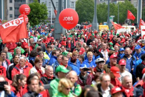C'est contre les reculs sociaux de la loi Peeters que les Belges descendent dans la rue. Ici, à Bruxelles, le 24 mai dernier. Photo : Reuters