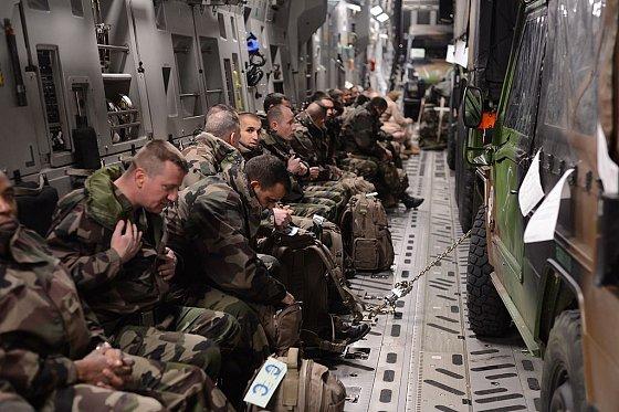 Soldats français de l'opération Serval (Mali) embarqués dans un avion de l'armée américaine, destination Bamako. U.S. Air Force/Staff Sgt. Nathanael Callon, 21 janvier 2013.