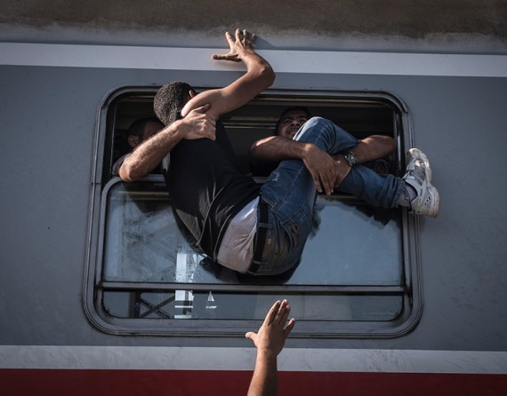 Desperate refugees board the train toward Zagreb at Tovarnik station on the border with Serbia (The New York Times/Sergey Ponomarev - September 18, 2015).