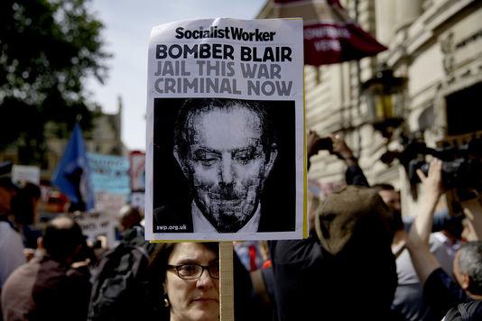 Devant le centre de conférences où devait être présenté le rapport Chilcot sur l'engagement britannique dans la guerre contre le régime de Saddam Hussein, à Londres, le 6 juillet 2016. Matt Dunham / AP