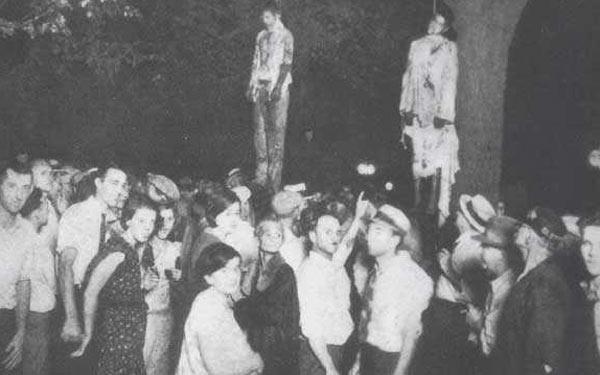 Scène de lynchage dans l'Indiana, en 1930, sous le regard indifférent des spectateurs. (Domaine public)
