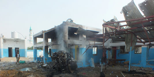 Des raids menés par l'aviation de la coalition arabe alliée du pouvoir au Yémen ont touché un hôpital soutenu par MSF à Abs, dans la province de Hajjah. STRINGER / REUTERS