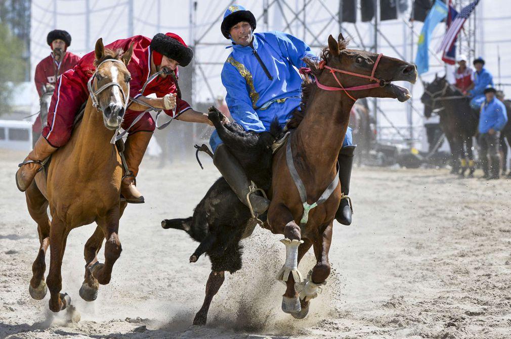 Des-cavaliers-jouant-au-kok-borou.