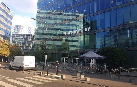 La façade de la rédaction d'i-Télé, après la chute de certaines lettres de la nouvelle enseigne installée samedi. La façade de la rédaction d'i-Télé, après la chute de certaines lettres de la nouvelle enseigne installée samedi. STR / AFP