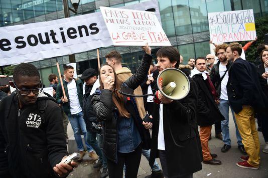 Des journalistes grévistes rassemblés devant la rédaction d'i-Télé à Boulogne-Billancourt, le 25 octobre. CHRISTOPHE ARCHAMBAULT / AFP