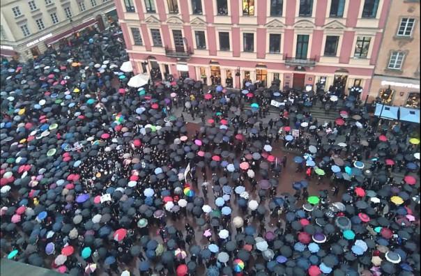 Manifestation contre l'interdiction de l'IVG à Varsovie le 3 octobre 2016
