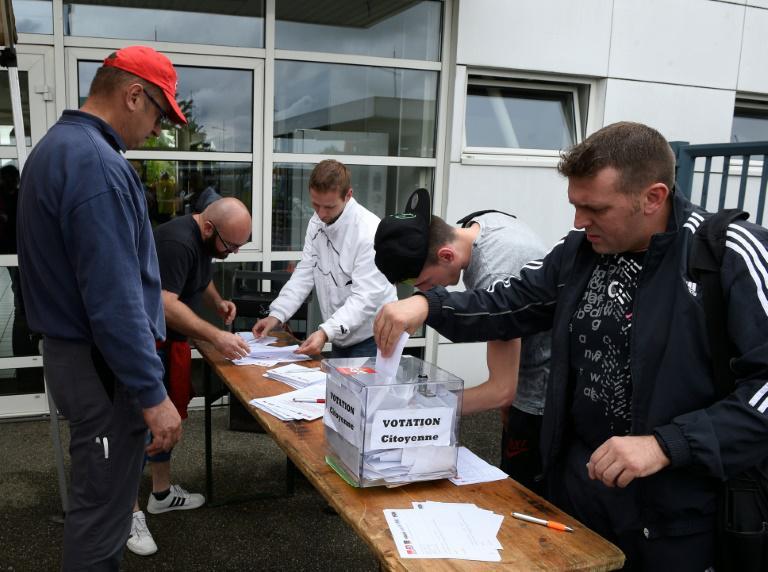 Un salarié de l'usine Smart de Hambach (Moselle) vote lors référendum d'entreprise consultatif, le 28 juin 2016 afp.com - JEAN-CHRISTOPHE VERHAEGEN
