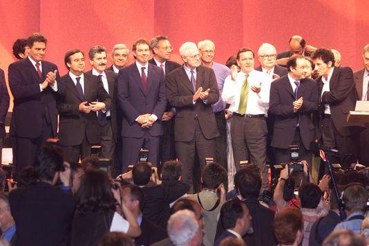 « Il ne reste plus à ceux qui votaient traditionnellement pour [la gauche] qu'à se tourner vers ceux qui s'intéressent (ou font semblant de s'intéresser) à eux et à leurs problèmes » (Photo: les leaders et chefs de gouvernement socialistes européens réunis  à Paris en 1999). JACK GUEZ / AFP